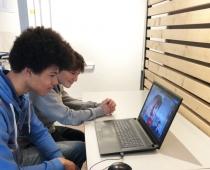 Jenaplan Gymnasium Nürnberg // Schüler beim Skypen